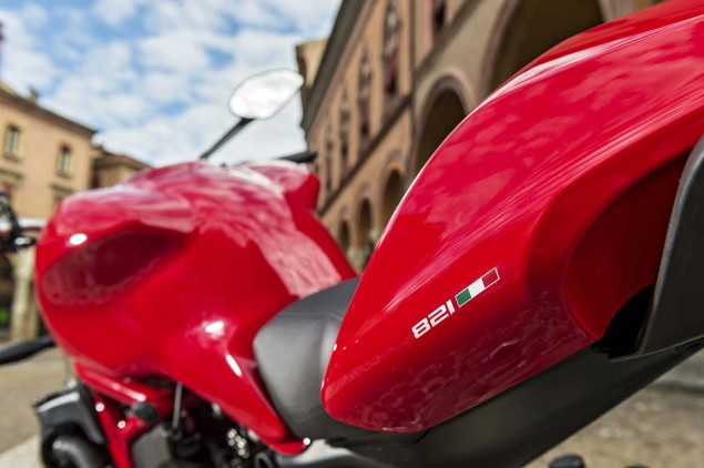 2015-Ducati-Monster-821-25
