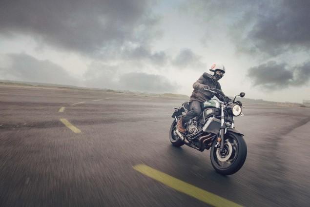2016-Yamaha-XSR700-Action-02