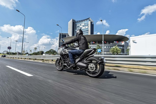 2016-Ducati-Diavel-Carbon-03