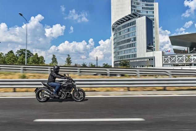 2016-Ducati-Diavel-Carbon-04