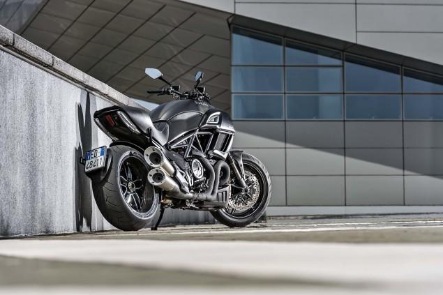 2016-Ducati-Diavel-Carbon-24
