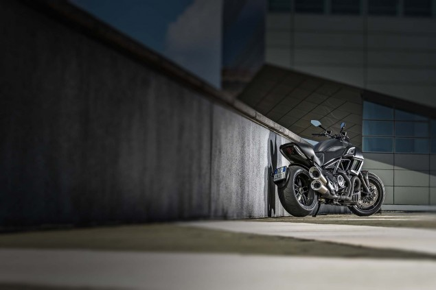 2016-Ducati-Diavel-Carbon-25