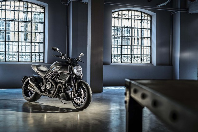 2016-Ducati-Diavel-Carbon-34