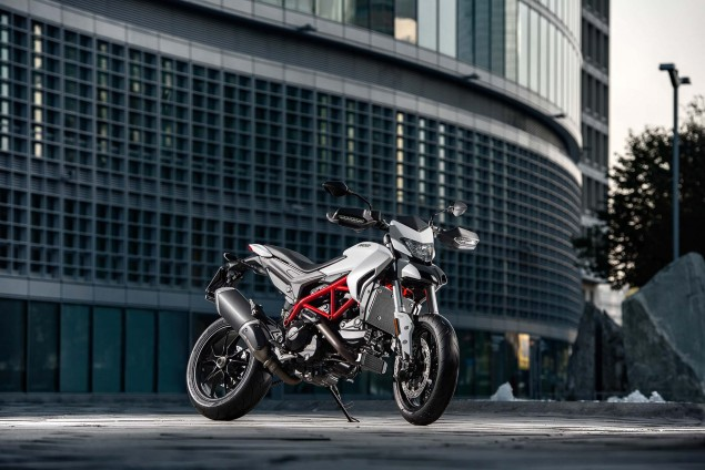 2016-Ducati-Hypermotard-939-02