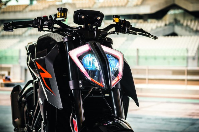 2017-ktm-1290-super-duke-r-static-05