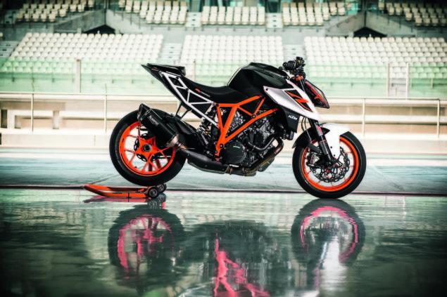 2017-ktm-1290-super-duke-r-static-06
