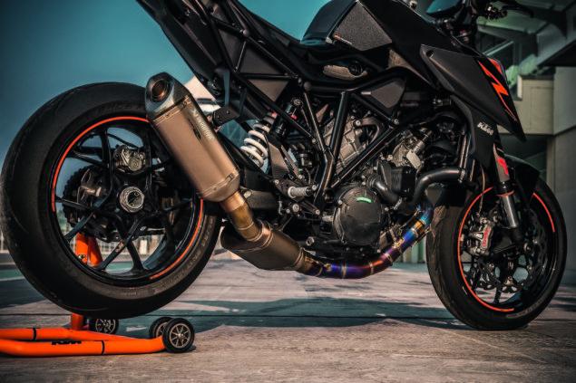 2017-ktm-1290-super-duke-r-static-07