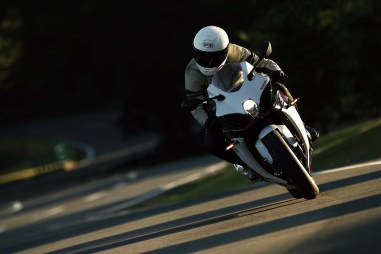 2019-Suzuki-GSX-R-1000-action-22