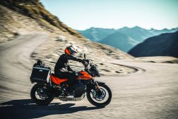 2021-KTM-890-Adventure-02