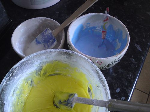 Icing sugar and food colouring in bowls