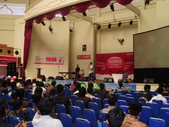 Presentasi Materi yang Tidak Maksimal Lewat Power Point di Acara Ngobras Telkomsel UIN SUSKA Pekanbaru Riau