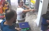 بالفيديو...طائر لص يسرق أموال سيدة من متجر