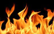 النيران تلتهم معملا للزفت في منطقة