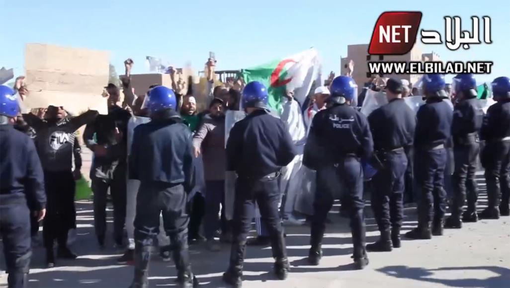 متظاهرون جزائريون يرشقون وفدا حكوميا بالحجارة