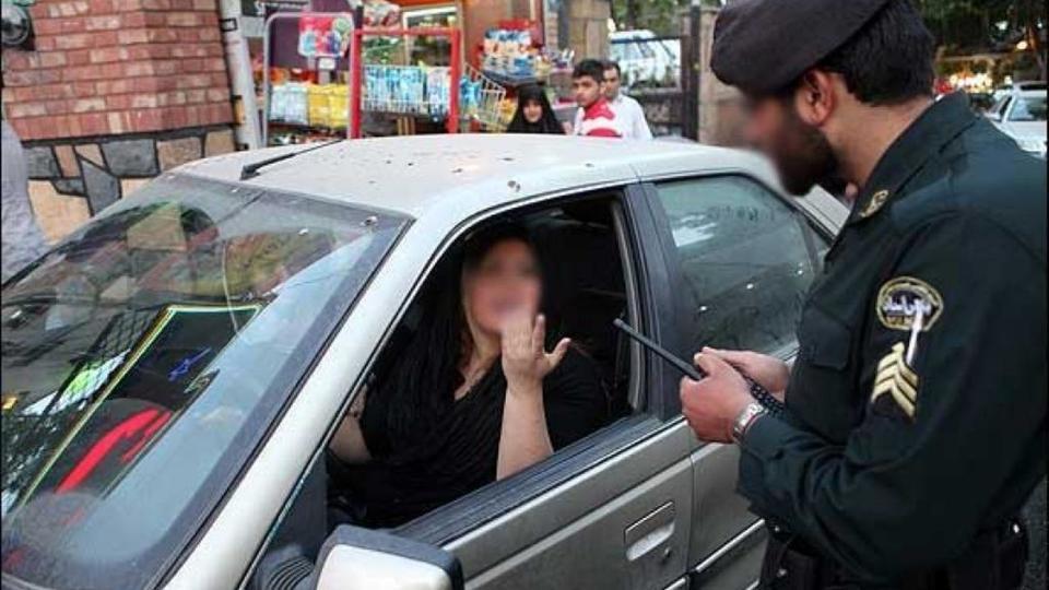 الشرطة الإيرانية تستدعي مئات النساء لخلعهن الحجاب بالسيارات