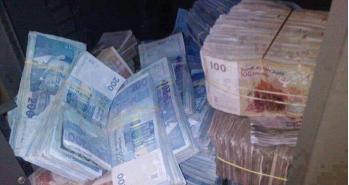 شاطئ أكادير يلفظ حقائب مليئة بالأموال