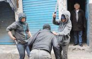 برشيد.. شجار بالسيوف بين ثلاثة أشخاص وسط الشارع يرعب المارة..والأمن يتدخل