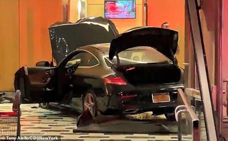 بالفيديو.. سيارة تقتحم