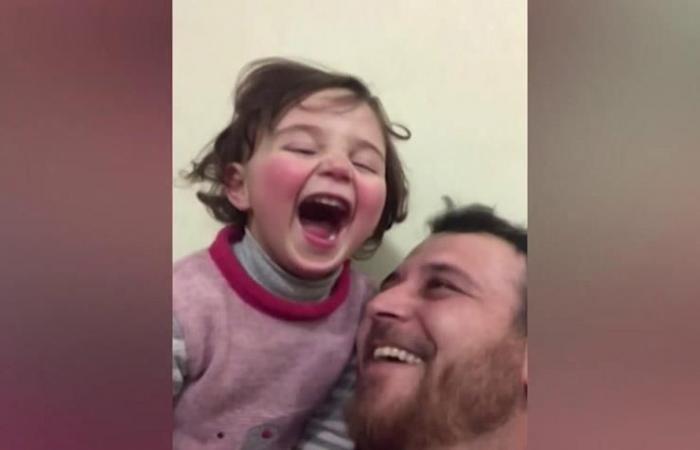 أب سوري يعلم إبنته أن تضحك كلما سمعت صوت قذيفة في إدلب