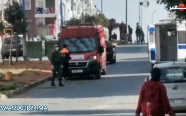 لحظة نقل مجموعة من الأشخاص بمجمع سكني بأناسي يشتبه في اصابتهم بكورونا