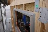 壁板を張る前に、サッシは柱や構造材に留められてます