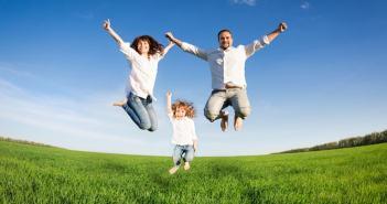 pai, Mae e filha pulando de alegria