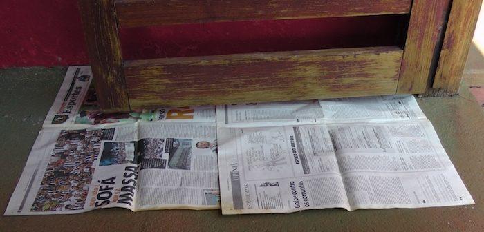 jornal sob madeira a ser envernizada