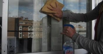 limpando vidro da varanda