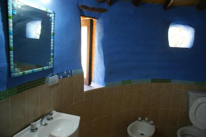 banheiro com reboque azul.