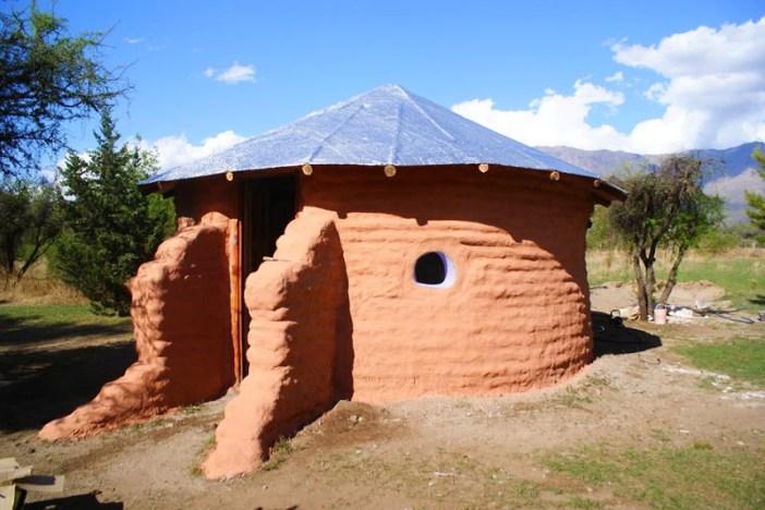 a casa pronta só faltando o telhado de palha