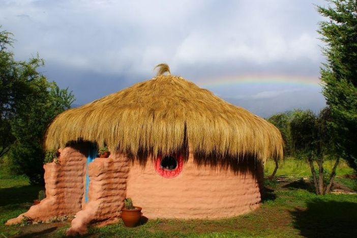 casa completamente completa vista do exterior com seu telhado de palha