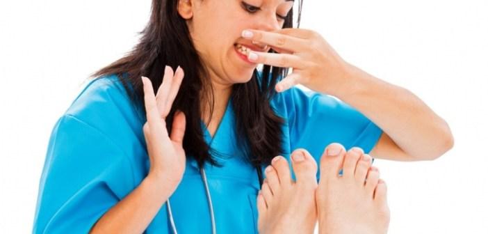 sentindo o cheiro horrível do pé