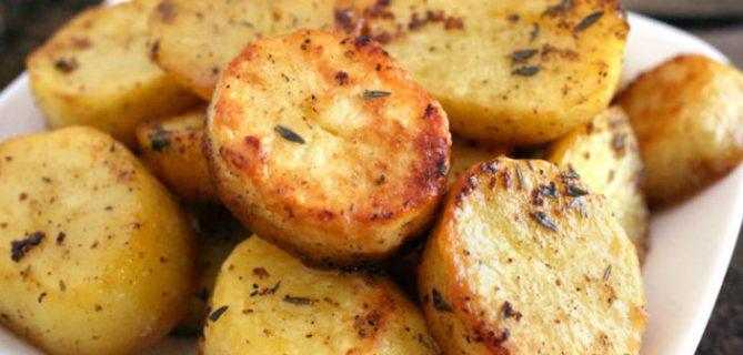 várias batatas assadas num prato