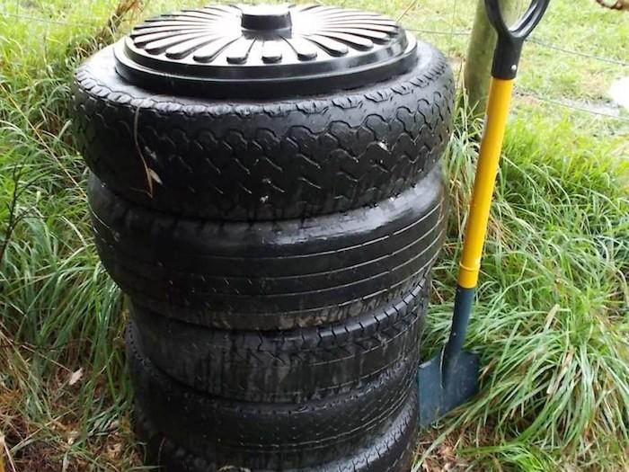 tres pneus velhos com uma tampa