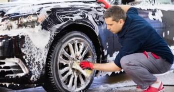 homem lavando carro