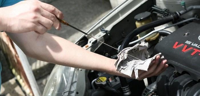medindo oleo do carro