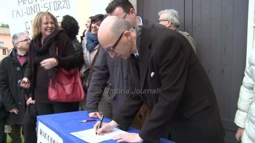 Protesta e raccolta firme strada Castelnuovo Assisi10