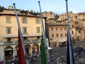 """Attentati Parigi, Sindaco Assisi: """"Bandiere a mezz'asta in segno di rispetto"""""""