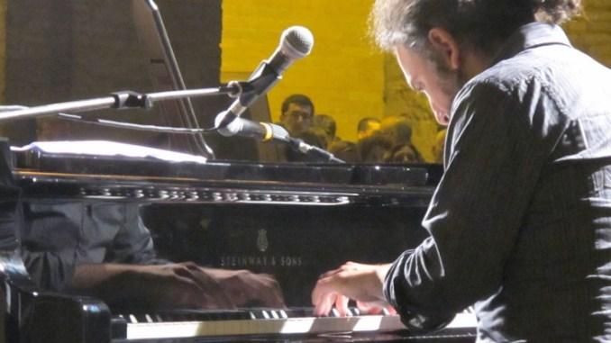Concerto Stefano Bollani piano solo al Lyrick Giovedì 7 gennaio alle 21,15, musica come enorme gioco da reinventare in continuazione