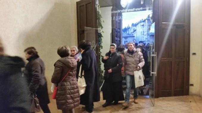 Giubileo ad Assisi, i fedeli raccontano Continua il pellegrinaggio dopo l'apertura della Porta Santa di San Rufino