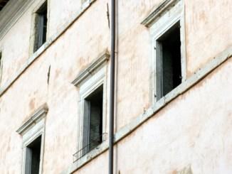 Palazzi storici in condizioni indegne ad Assisi Mentre si parla di rimborsi e di interessi personali, alcuni edifici sono nel degrado