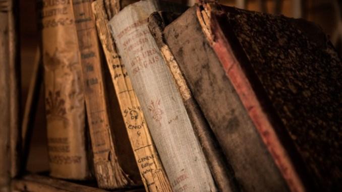 Palazzo Vallemani Assisi Sala Degli Sposi per biblioteca comunale Ricollocati 8000 volumi nella prestigiosa scaffalatura lignea e montati gli sportelli di protezione