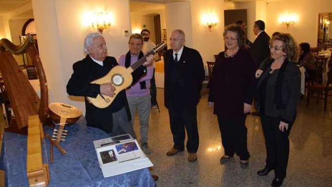 """Premio """"Ideale Rotariano 2016"""" al Mastro liutaio Vincenzo Cipriani A premiarlo il presidente Rotary di Assisi, Giulio Franceschini"""