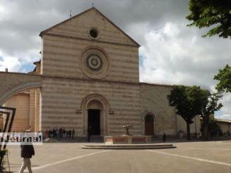 Si schianta con la macchina sull'arco della Basilica di Santa Chiara