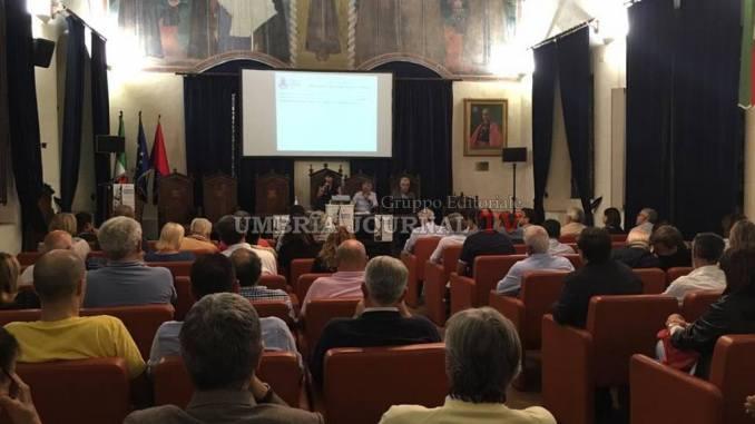 Assemblea pubblica Assisi, sala della Conciliazione gremita di cittadini