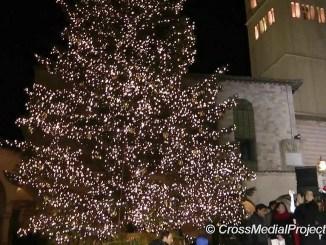 Natale, Assisi, accensione e benedizione presepe e albero