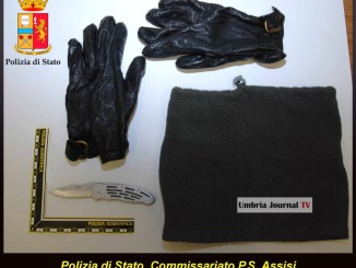 Coltello passamontagna e guanti Polizia denuncia assisano