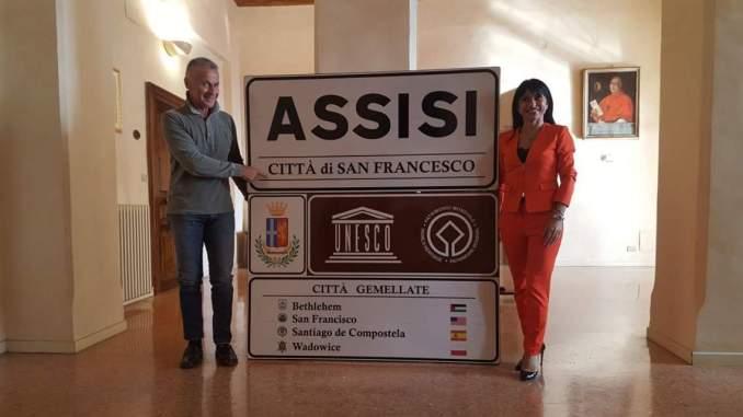 Restyling cartellonistica Assisi, Sindaco Proietti, i nuovo biglietti da visita