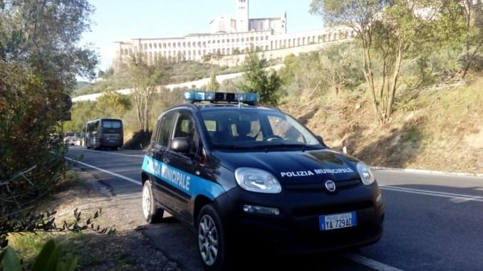 Assisi, scippano una donna nel parcheggio, municipale ferma due donne