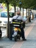 consegna-posta-scooter-sopra-marciapiedi (2)